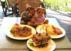 Herr Bear and Fräulein Bear enjoy lunch
